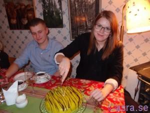 Fanny skär tårtan
