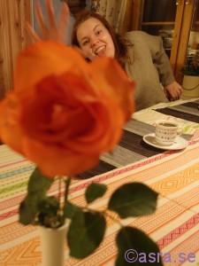 Fanny bakom ros